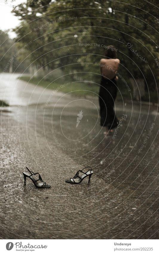 Regen 2 feminin Junge Frau Jugendliche 1 Mensch 18-30 Jahre Erwachsene Erholung Wassertropfen Damenschuhe Straße Gedeckte Farben Außenaufnahme Abend Low Key