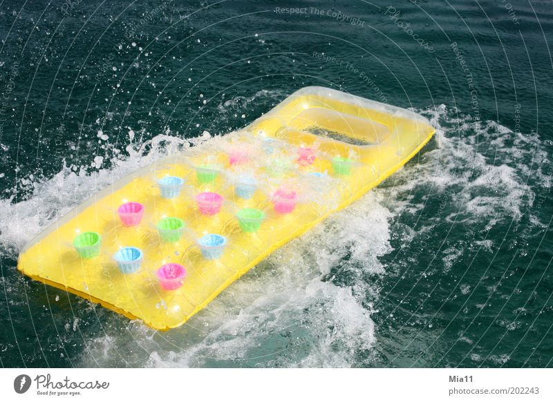 Wasserspaß Wasser Meer grün blau Sommer gelb Wellen rosa Schwimmen & Baden Spielzeug spritzen Erfrischung Schwimmhilfe Ferien & Urlaub & Reisen Sommerurlaub Luftmatratze