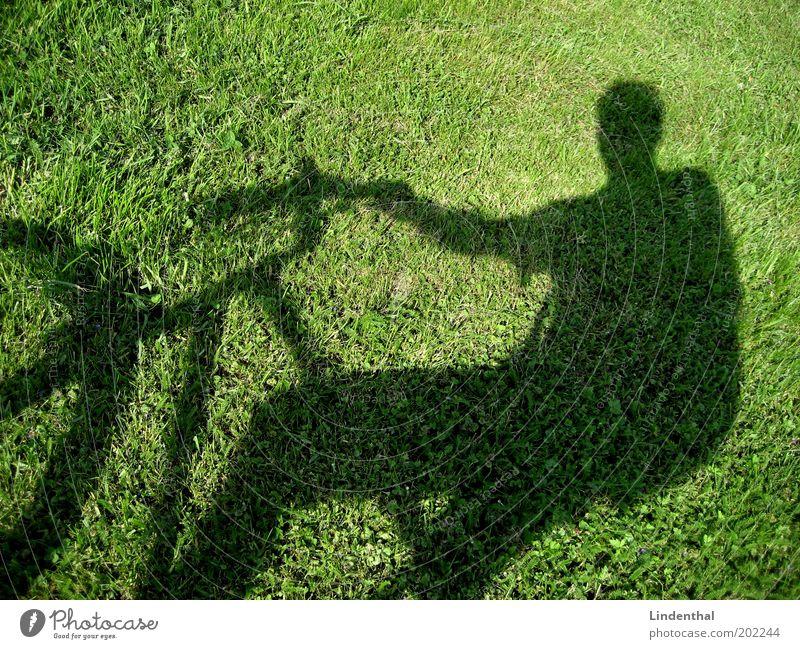 Fahrradfahren auf der Wiese Mensch maskulin Mann Erwachsene grün Pause Außenaufnahme Textfreiraum oben Tag Licht Sonnenlicht Schatten Silhouette