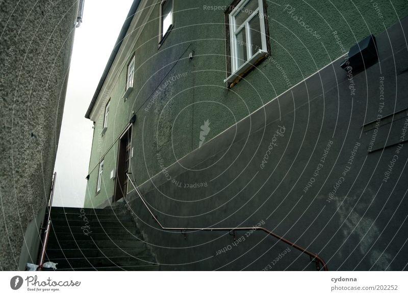 Häuserschlucht grün ruhig Haus Einsamkeit Wand Stil Fenster Mauer Wege & Pfade Angst Zeit Fassade Treppe Ziel Vergänglichkeit geheimnisvoll