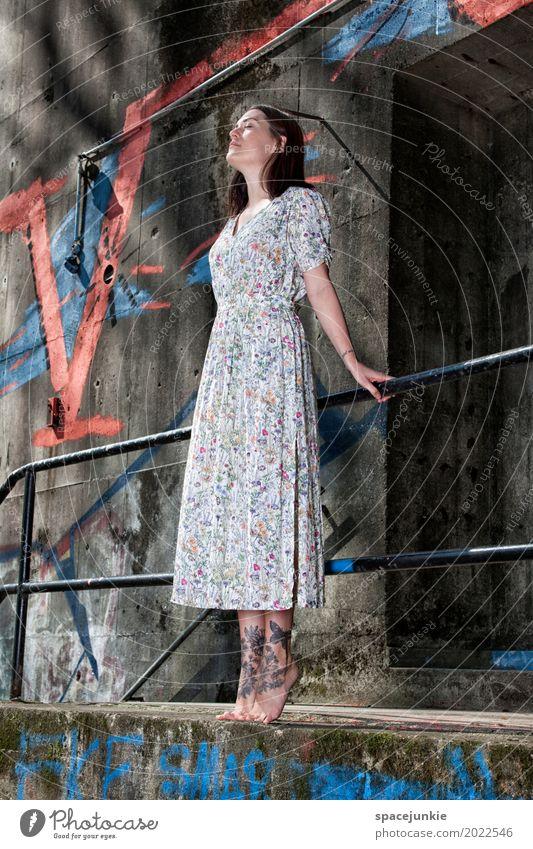The girl in the dress (3) Mensch Frau Jugendliche blau Junge Frau weiß rot Einsamkeit 18-30 Jahre Erwachsene Wand feminin Mauer außergewöhnlich Mode grau
