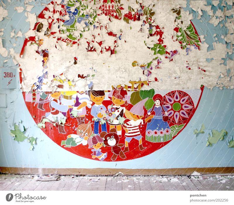Fröhliches buntes Wandbild für Kinder bei dem die Farbe absplittert. Lost place. Verlassen, verfallen. Kunst Kunstwerk Ruine Mauer Wandmalereien Putz abblättern