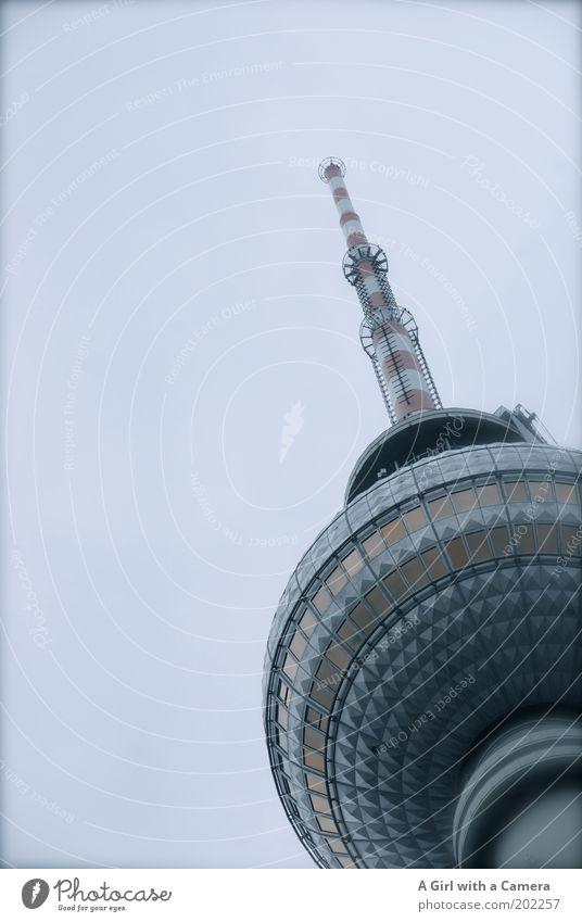 Ein Hoch auf Berlin Himmel Wolken Architektur grau Metall Glas hoch Turm Spitze Bauwerk dünn Denkmal Wahrzeichen Hauptstadt Sehenswürdigkeit