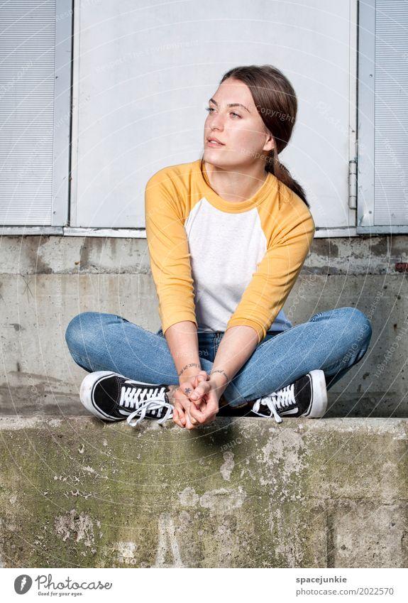 Sitting and waiting Mensch Frau Jugendliche blau Junge Frau Erholung 18-30 Jahre Erwachsene gelb Liebe feminin Haare & Frisuren Mode grau Stein Fassade