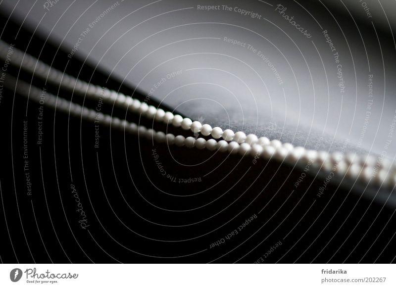 aneinandergereiht Design Schmuck Halskette Perle Perlenkette Linie hängen ästhetisch schwarz weiß schön Reinheit Ewigkeit Reihe Innenaufnahme Detailaufnahme