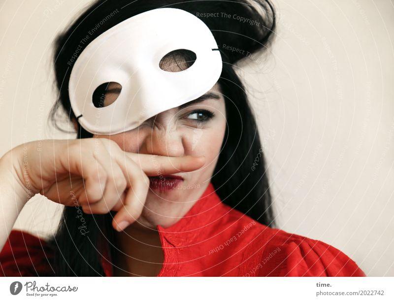 Berna Mensch Frau Erwachsene Leben lustig feminin Kommunizieren Kreativität Mund beobachten Neugier entdecken festhalten Kleid Überraschung Maske