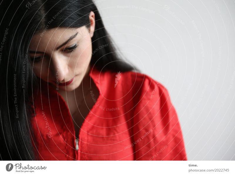 . Mensch Frau schön Erwachsene Traurigkeit feminin Zeit authentisch warten beobachten Neugier Hoffnung Glaube Kleid Schmerz Konzentration