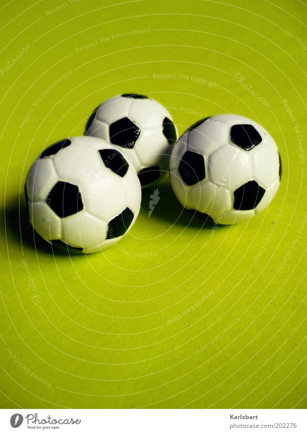 3.0 grün Sport klein Fußball 3 Ball rund liegen Freizeit & Hobby Spielzeug Kunststoff Detailaufnahme Ballsport