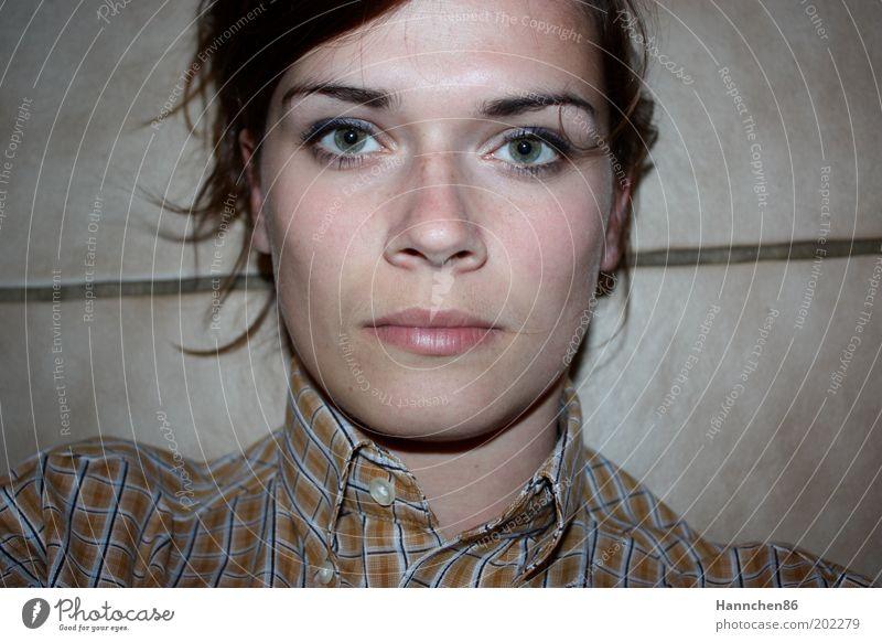 straight durchgezogen Frau Mensch Jugendliche Auge kalt feminin Kopf Stein Linie Kraft Erwachsene Beton Porträt Bodenbelag authentisch rein