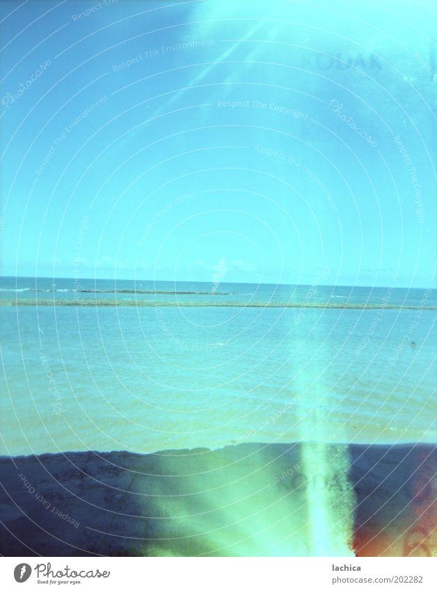 Holga Sommer Landschaft Himmel Wolkenloser Himmel Horizont Sonnenlicht Wetter Schönes Wetter Wärme Felsen Küste Strand Bucht Meer Erholung