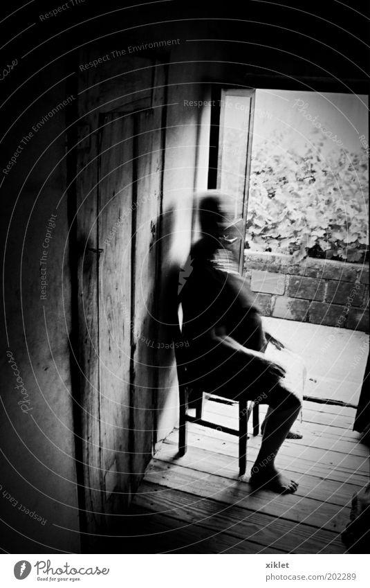 Mensch Frau alt weiß Einsamkeit schwarz Haus Erholung dunkel Bewegung Traurigkeit warten trist beobachten Dorf historisch