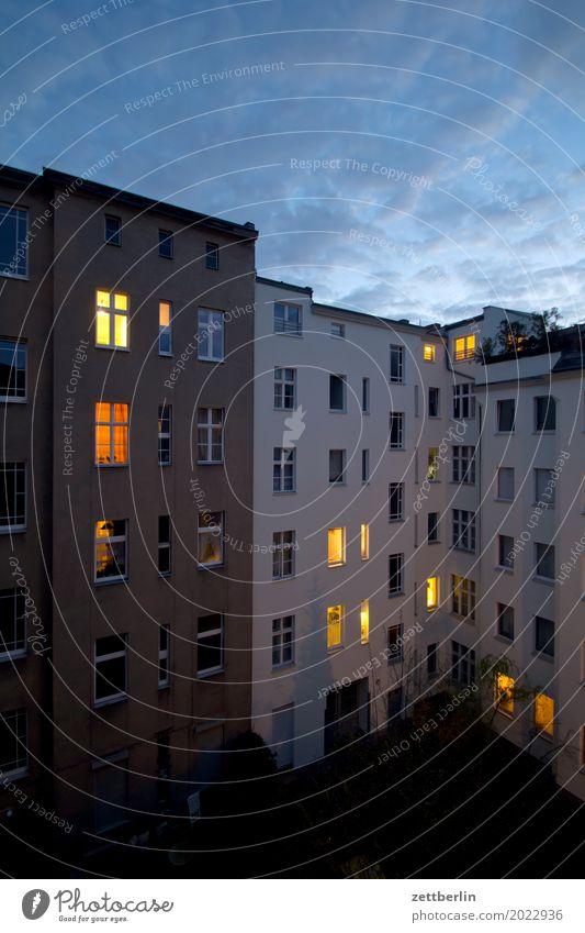 Mehrfamilienhaus am Abend Himmel Himmel (Jenseits) Stadt Wolken Haus Fenster Mauer Fassade Textfreiraum Häusliches Leben Wetter erleuchten Wohnhaus Stadtzentrum
