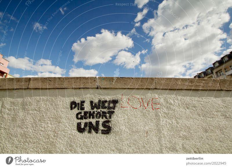 Wem gehört die Welt? Himmel Himmel (Jenseits) Stadtzentrum Mauer Menschenleer Textfreiraum Stadtleben Wand Wetter Wolken Graffiti Parole Besitz enteignung