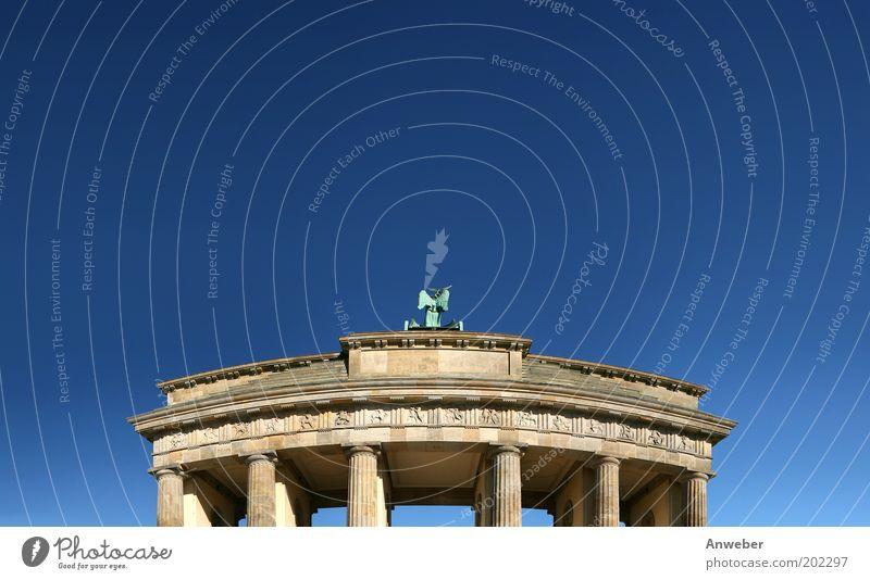 Brandenburger Tor Himmel blau schön Ferien & Urlaub & Reisen Berlin Architektur Gebäude Stimmung Deutschland Tourismus Europa Dach Kultur Bauwerk Zeichen