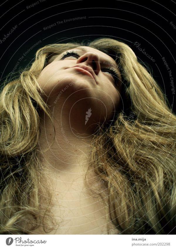 wie versteinert Jugendliche schön ruhig Einsamkeit feminin Haare & Frisuren träumen Religion & Glaube Zufriedenheit blond Trauer Wunsch Sehnsucht beobachten