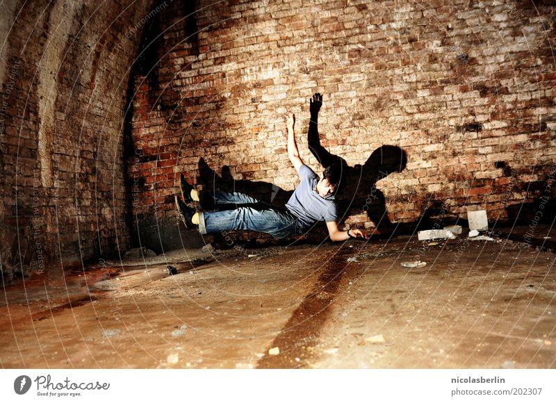 Before I Fall to Pieces Keller maskulin Jugendliche Leben 1 Mensch 18-30 Jahre Erwachsene Tunnel Architektur Mauer Wand außergewöhnlich gruselig kalt