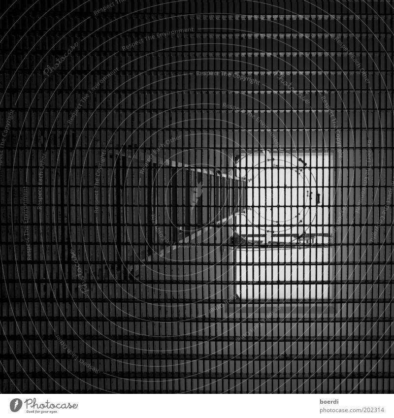 eXit Leiter dunkel unten schwarz Sicherheit Schutz bedrohlich Versicherung Ausgang Gitter Notausgang Dachfenster Fenster Treppe Fluchtweg Feuerleiter