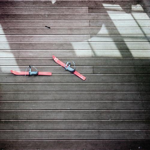 Phantom rot Fenster Bewegung Zusammensein Metall paarweise Bodenbelag Kunststoff unten Skier Lichtspiel Sportgerät vorwärts geisterhaft