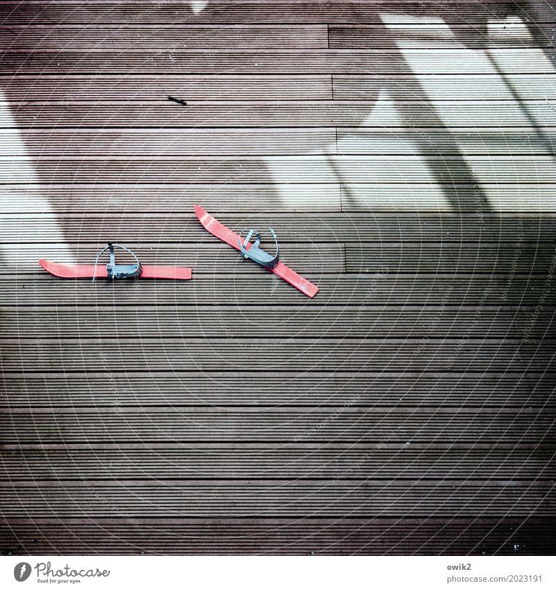 Phantom Skier Kinderskier Sportgerät Metall Kunststoff Bewegung Zusammensein unten rot vorwärts geisterhaft 2 paarweise Lichtspiel Terasse Bodenbelag Fenster