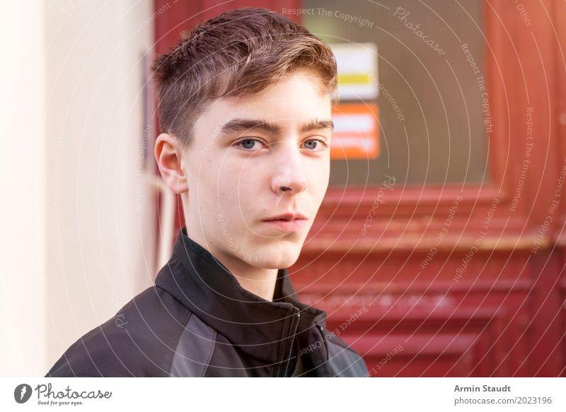 Porträt vor Haustür Lifestyle Stil schön Leben harmonisch Wohlgefühl Zufriedenheit Sinnesorgane Mensch maskulin Junger Mann Jugendliche Erwachsene 1 13-18 Jahre