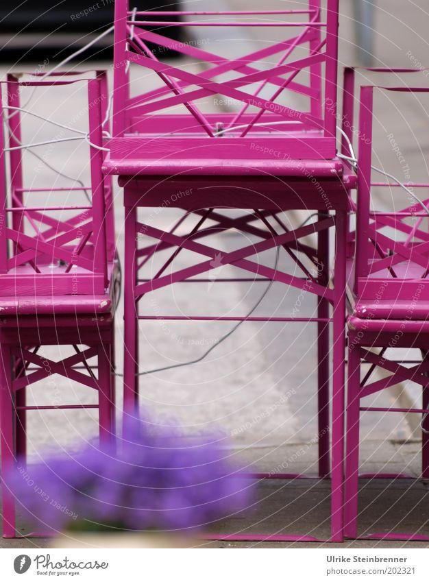 Rosa Pause (AST HH 5/10) Tisch Restaurant Gastronomie Blume Straße violett rosa Biertische Bank angekettet Vase Blumentopf geschlossen Klapptisch