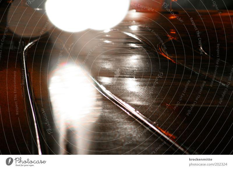 Nachtlicht weiß rot Straße grau glänzend nass Verkehr Kreis fahren Punkt Gleise Müdigkeit Verkehrswege Personenverkehr Straßenverkehr Straßenbahn