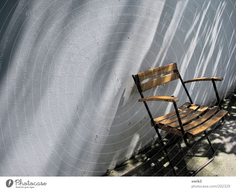 Der Scheff kommt gleich ruhig Wand Freiheit Holz Wärme Garten Mauer Stein Metall Wetter Zufriedenheit warten Beton Klima Häusliches Leben Stuhl
