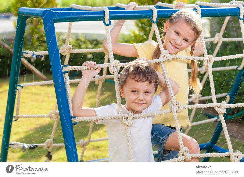Glücklicher Bruder und Schwester, die auf dem Spielplatz spielen Mensch Kind Ferien & Urlaub & Reisen Sommer Erholung Freude Gesicht Lifestyle Gefühle Sport