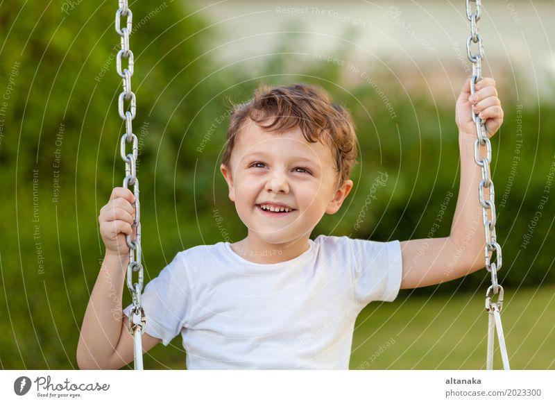 Glücklicher kleiner Junge, der auf dem Spielen auf dem Spielplatz spielt Mensch Kind Ferien & Urlaub & Reisen Mann Sommer Erholung Freude Gesicht Erwachsene