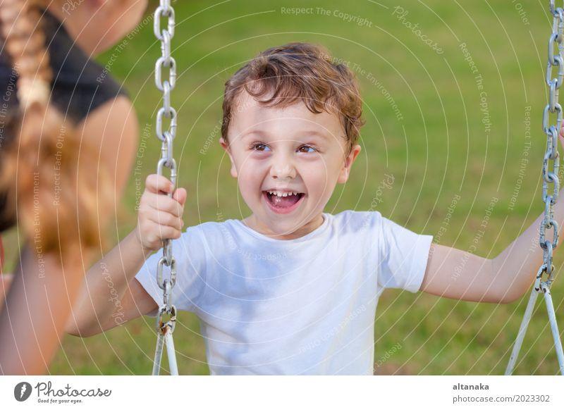 Glücklicher Bruder und Schwester, die auf dem Spielplatz spielen Mensch Frau Kind Ferien & Urlaub & Reisen Sommer Erholung Freude Gesicht Erwachsene Lifestyle