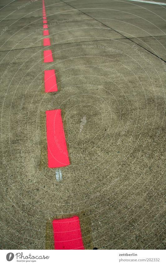 Flughafen rot Wege & Pfade Linie Schilder & Markierungen Wegweiser gerade Orientierung Landebahn Fahrbahn Richtung Luftverkehr Flugplatz Fahrbahnmarkierung