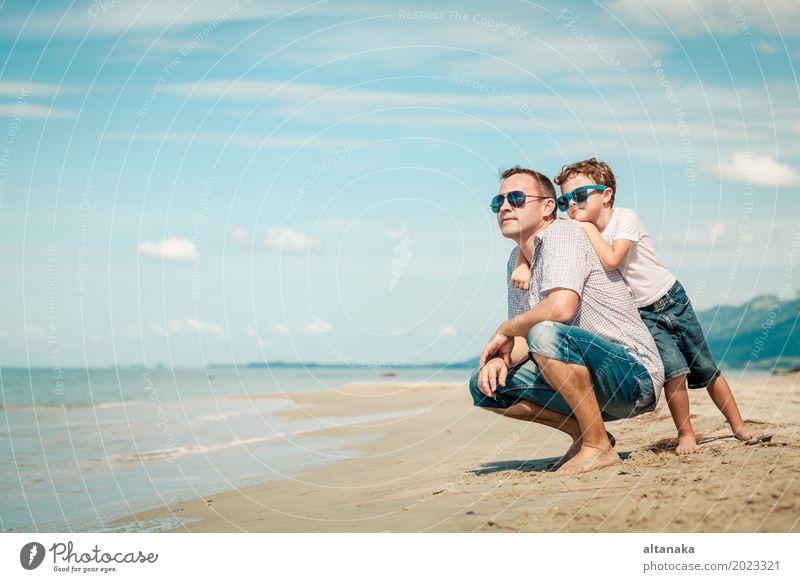 Vater und Sohn, die auf dem Strand zur Tageszeit spielen Kind Natur Ferien & Urlaub & Reisen Mann Sommer Sonne Meer Erholung Freude Erwachsene Leben Lifestyle