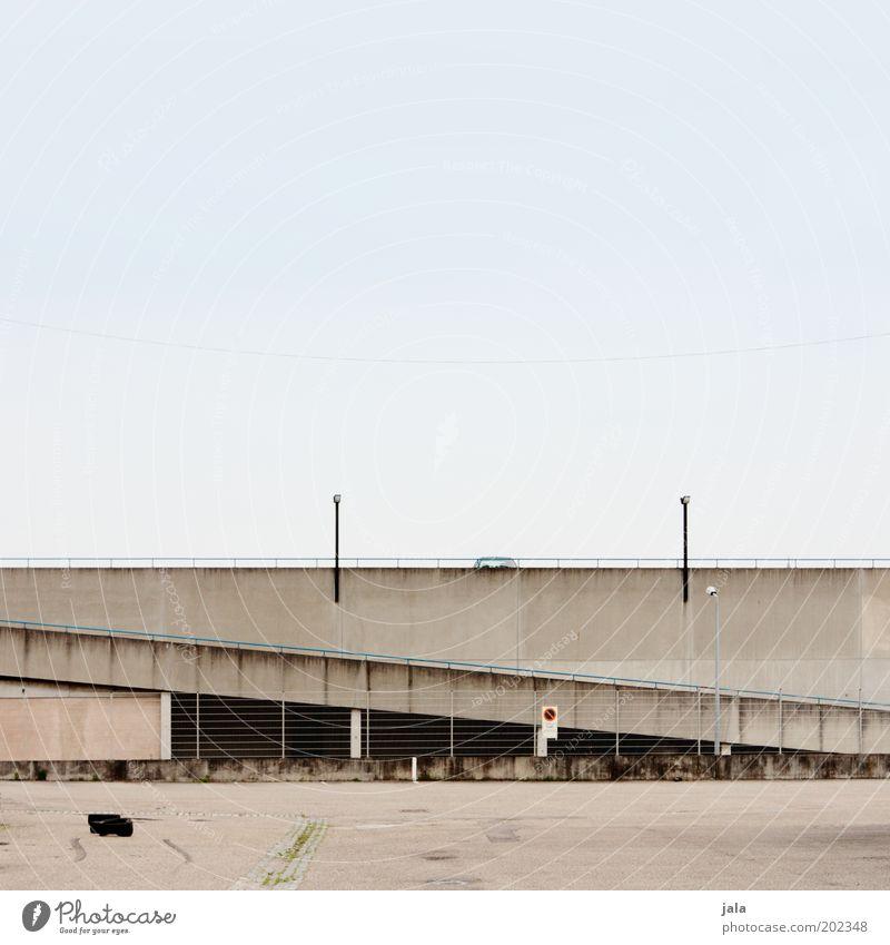 parkdeck Himmel Stadtrand Platz Bauwerk Architektur Parkdeck Mauer Wand Straße trist unten Autobahnauffahrt Farbfoto Außenaufnahme Menschenleer