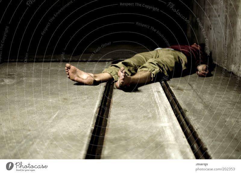 Leichen im Keller haben maskulin liegen dreckig dunkel gruselig Frustration Ende Tod Gleise Barfuß obdachlos Gedeckte Farben Innenaufnahme Textfreiraum oben