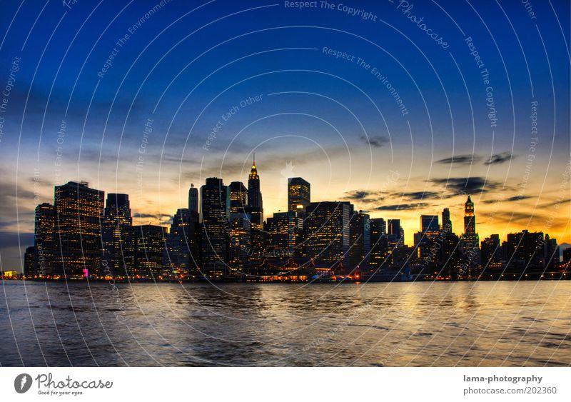 famous Himmel Horizont Sonnenaufgang Sonnenuntergang Wellen Küste Flussufer New York City Manhattan USA Amerika Skyline Haus Hochhaus Bankgebäude Gebäude
