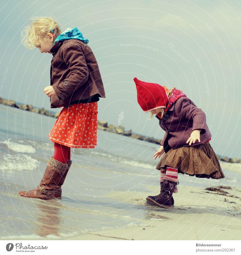 playin' tag Mensch Ferien & Urlaub & Reisen Sommer Meer Mädchen Freude Strand Spielen lachen Familie & Verwandtschaft Freizeit & Hobby Kind Wellen Tourismus