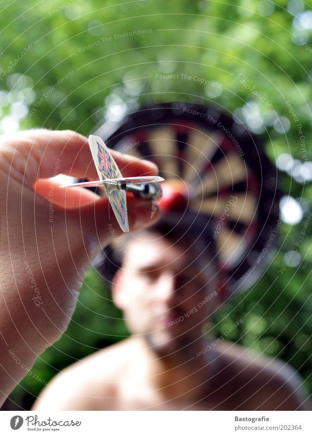 VOLLTREFFER 100 !!! Mann Hand Spielen Glück Angst Freizeit & Hobby gefährlich Hoffnung Spitze Ziel Apfel Mitte Pfeil Risiko werfen Zielscheibe