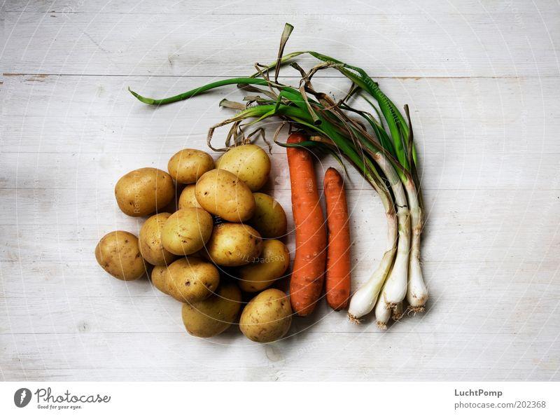 """Da kann man noch Suppe von machen!"" Suppengemüse Kartoffeln Möhre Knolle Holztisch weiß alt Eintopf Zutaten Porree Frühlingszwiebel Falte vertrocknet Ernährung"
