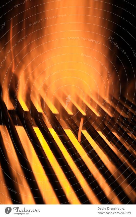 Mir knurrt der Magen... gelb rot schwarz orange Flamme Feuer Funken Glut Grillen Grillrost Grillsaison Wärme heiß Gitter Gitterrost Metall Linie Farbfoto