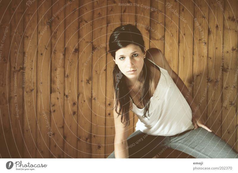444 Mensch Jugendliche weiß Erwachsene feminin kalt Erotik Bewegung Holz Tanzen Coolness 18-30 Jahre Körperhaltung beobachten Junge Frau dünn