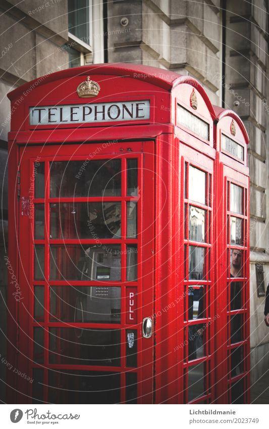 London Call Tourismus Sightseeing Städtereise Büro Callcenter sprechen Telefon Telekommunikation Kultur England Stadtzentrum Menschenleer Mauer Wand