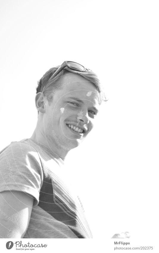 Julius will Sommer Freude Creme maskulin Junger Mann Jugendliche Gesicht 1 Mensch 18-30 Jahre Erwachsene T-Shirt Oberlippenbart lustig Schwarzweißfoto