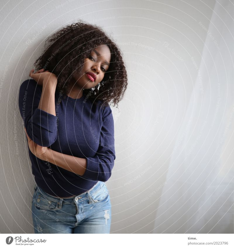 . Mensch Frau schön Erwachsene Leben feminin Raum stehen Warmherzigkeit beobachten Neugier festhalten Jeanshose Leidenschaft Konzentration Wachsamkeit