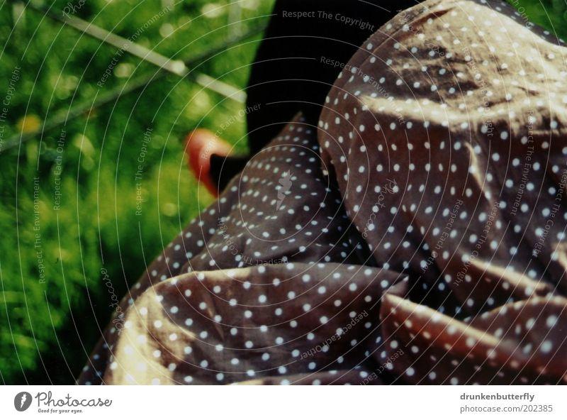 Sonntagnachmittag Mensch feminin Frau Erwachsene Beine Fuß 1 Natur Gras Kleid Strumpfhose Erholung sitzen braun grün rot schwarz weiß Gelassenheit Punkt Muster