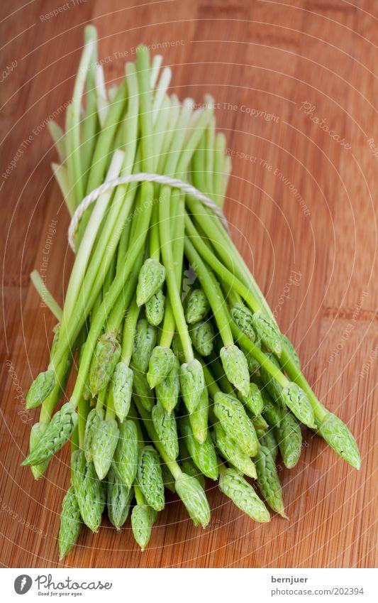 wild one Wildspargel Spargel Vitamin grün Gesundheit frisch entwässern Spargelkopf genießen Gemüse Nahaufnahme Frühling Bündel Holz Schneidebrett Vorbereitung