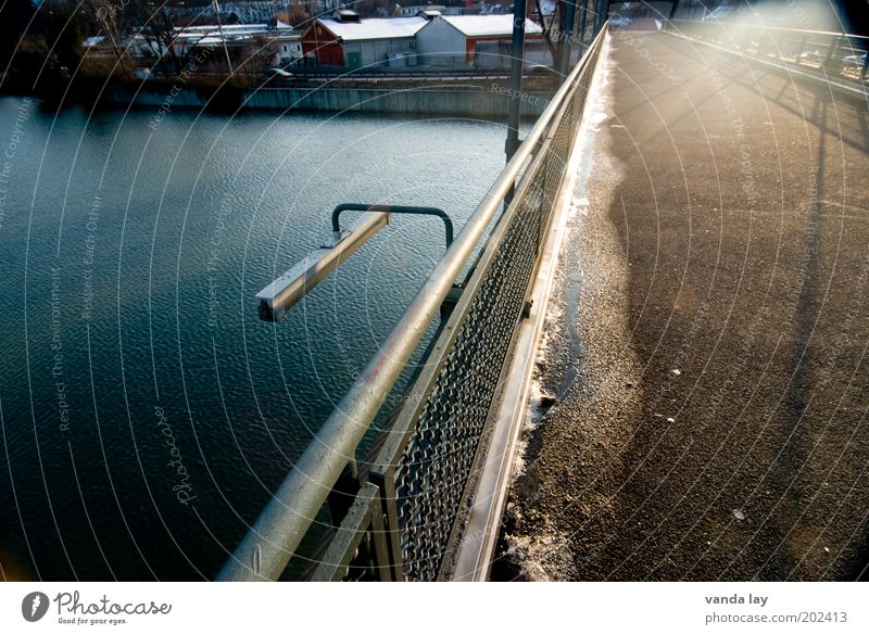 kalt - warm Wasser Stadt Straße Lampe Wärme hell Metall Straßenverkehr Brücke Fluss Asphalt Geländer Pfütze Neckar