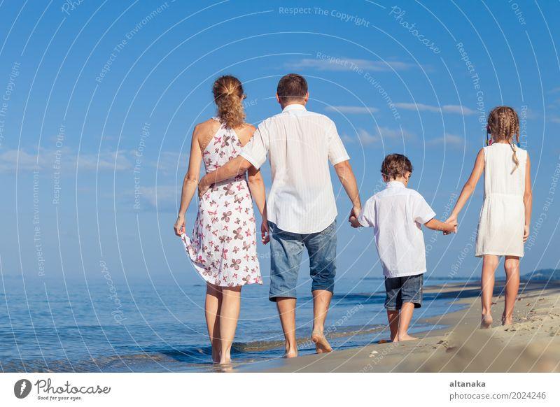 Glückliche Familie, die auf den Strand zur Tageszeit geht. Frau Kind Natur Ferien & Urlaub & Reisen Sommer Sonne Meer Erholung Freude Erwachsene Leben Lifestyle