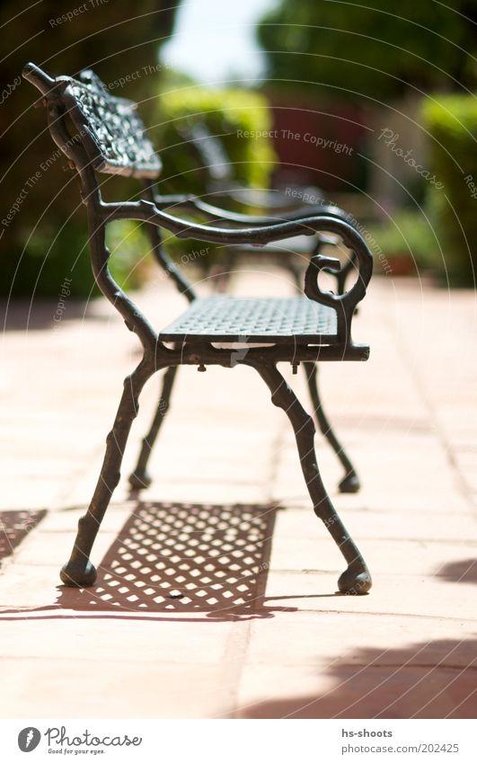 Ein Platz in der Sonne Kleinstadt Menschenleer Park Terrasse Bank Sitzgelegenheit Stimmung Eisen Ruhepunkt ruhen Farbfoto Außenaufnahme Tag Sonnenlicht