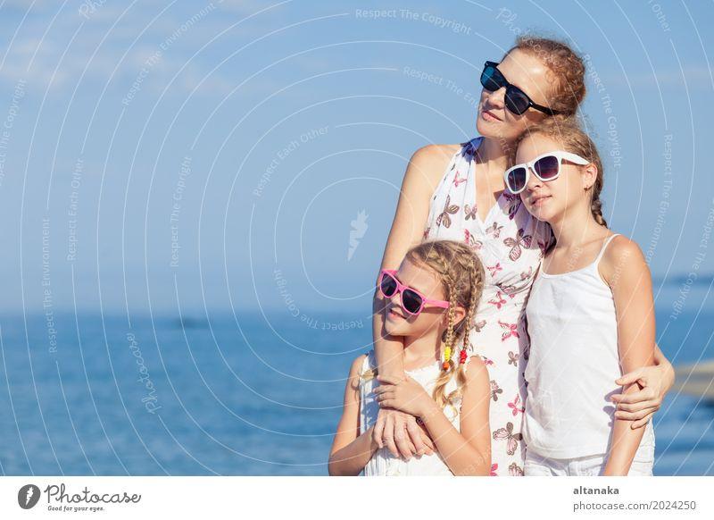 Mutter und Kinder, die am Strand zur Tageszeit spielen. Natur Ferien & Urlaub & Reisen Sommer Sonne Meer Erholung Freude Erwachsene Leben Lifestyle Liebe
