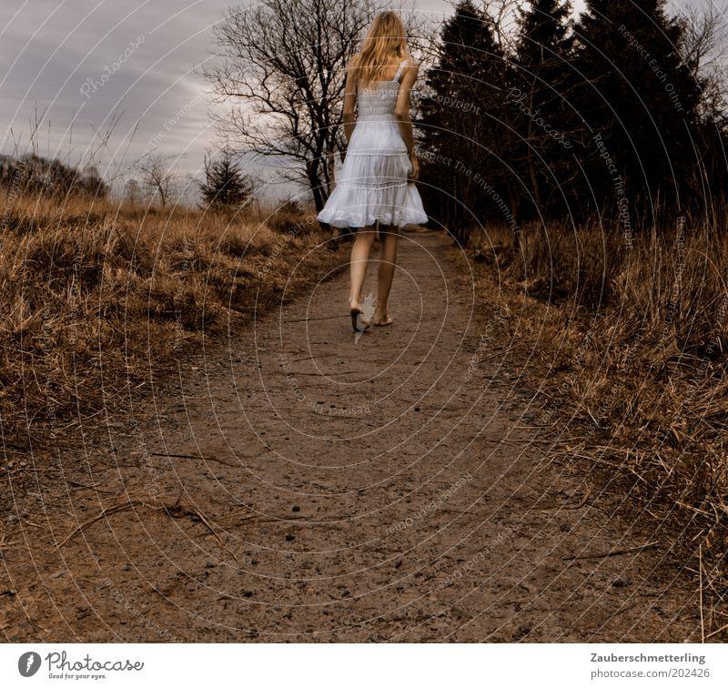 schnell nach hause bevor es dunkel wird feminin Junge Frau Jugendliche 18-30 Jahre Erwachsene Kleid langhaarig rennen Bewegung frieren gehen Traurigkeit